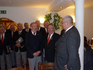 Der 1. Vorsitzende gratuliert Fritz Fischer